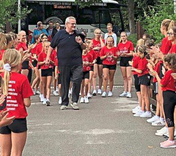 Mit einem Spalier empfingen die Cheerleader ihren Vorsitzenden Norbert Stranzinger zur Geburtstagsfeier - Foto: Christiane Strohmeier